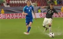ملعب ألمانيا وسلوفاكيا يتحول لحمام سباحة