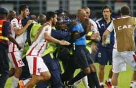 لاعبو تونس يحاولون ضرب حكم لقاء غينيا