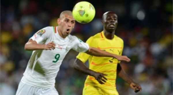 الجزائري الدولي إسلام سليماني يتوج بجائزة الكرة الذهبية الجزائرية