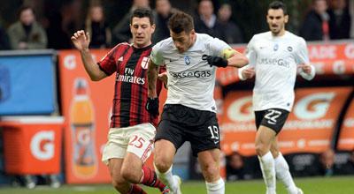 ميلان يواصل ترنحه في سان سيرو ويسقط أمام أتالانتا بهدف في الدوري الإيطالي.. فيديو